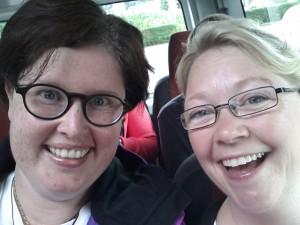 Moïra og Eirin på bussen.